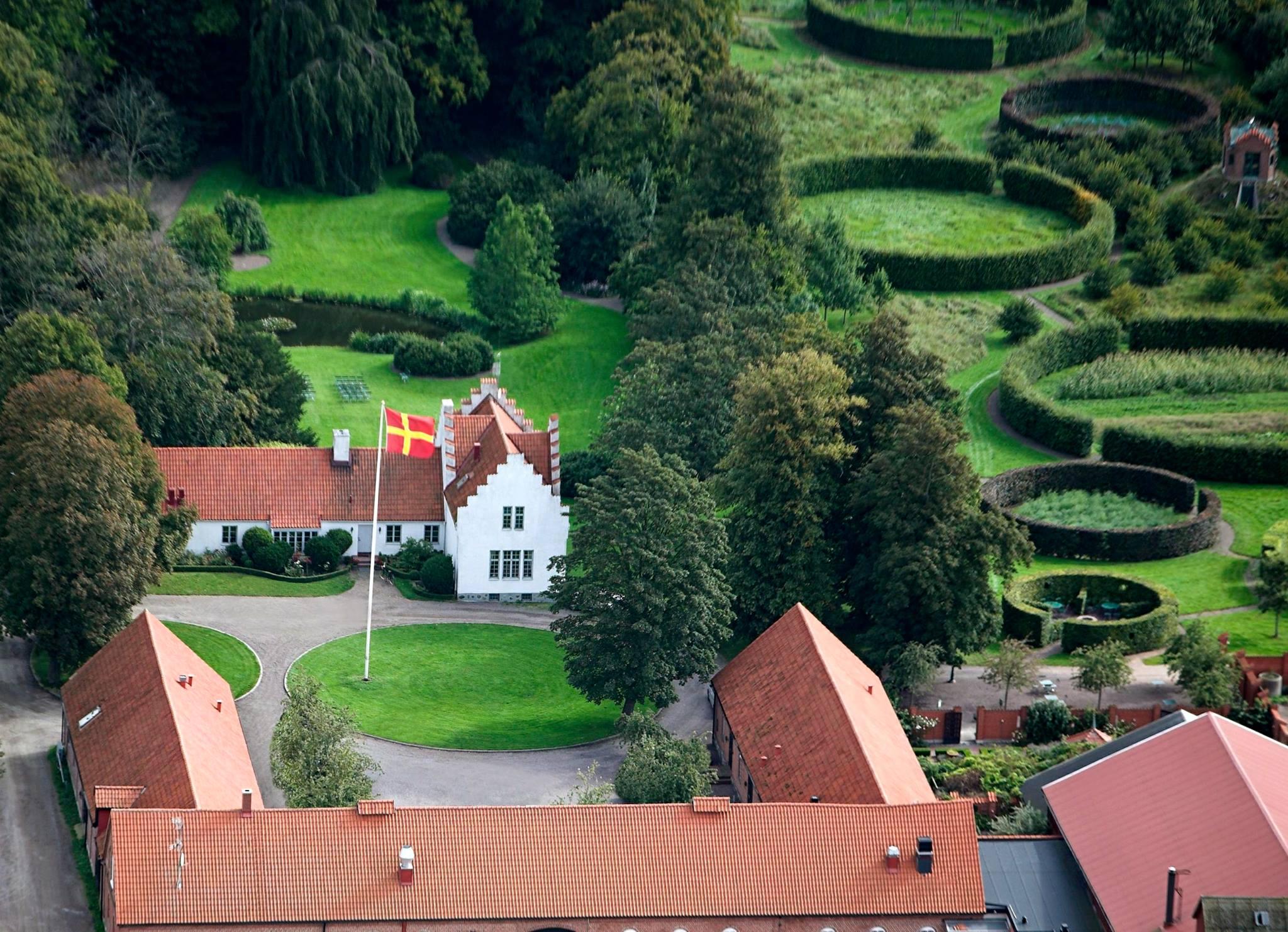 välkommen till Ängavallen webbutik. Bild av Ängavallen uppifrån.